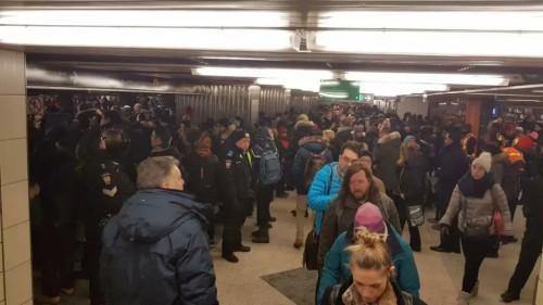 加拿大:大家请看!这雪多白多厚!这天多冷!这地铁多挤!