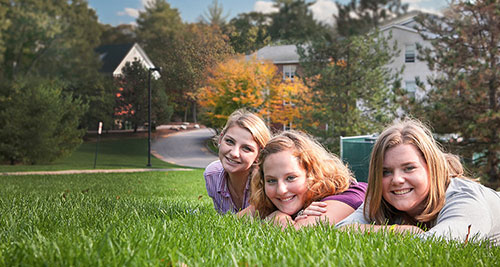 img-students-on-grass.jpg